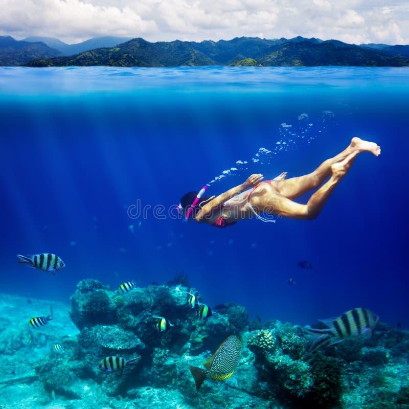 Podwodny krótkopęd młoda kobieta snorkeling w tropikalnym morzu a obrazy stock