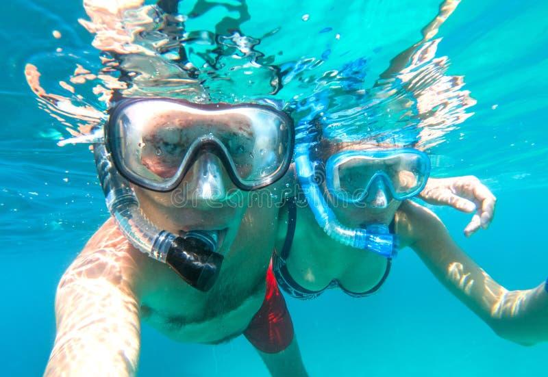 Podwodny widok snorkeling para w morzu fotografia royalty free