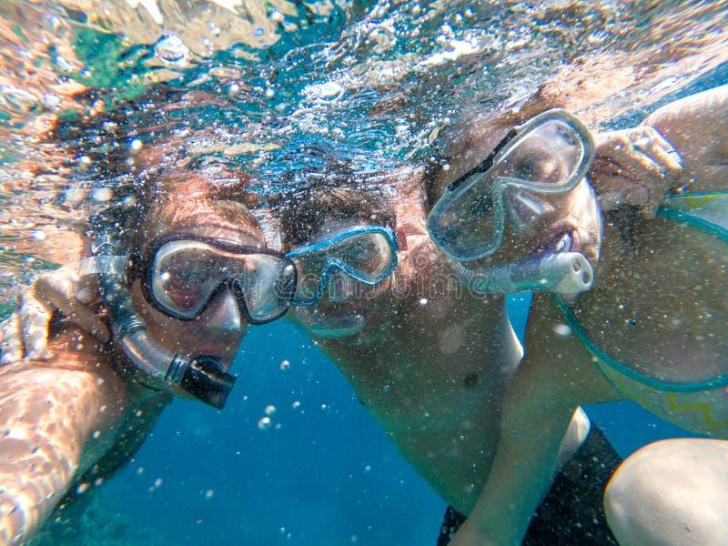Podwodny widok snorkeling przyjaciele fotografia stock