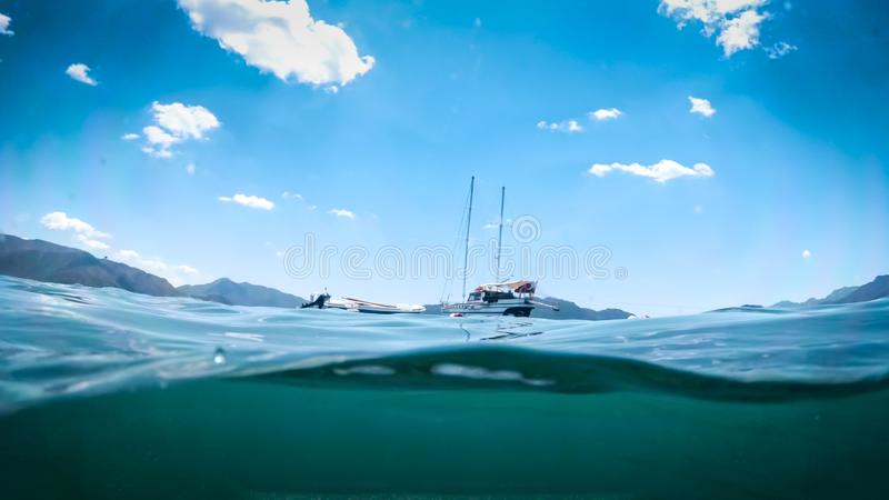 Podwodny wizerunek jacht i łódź w morzu przy jaskrawym słonecznym dniem fotografia royalty free