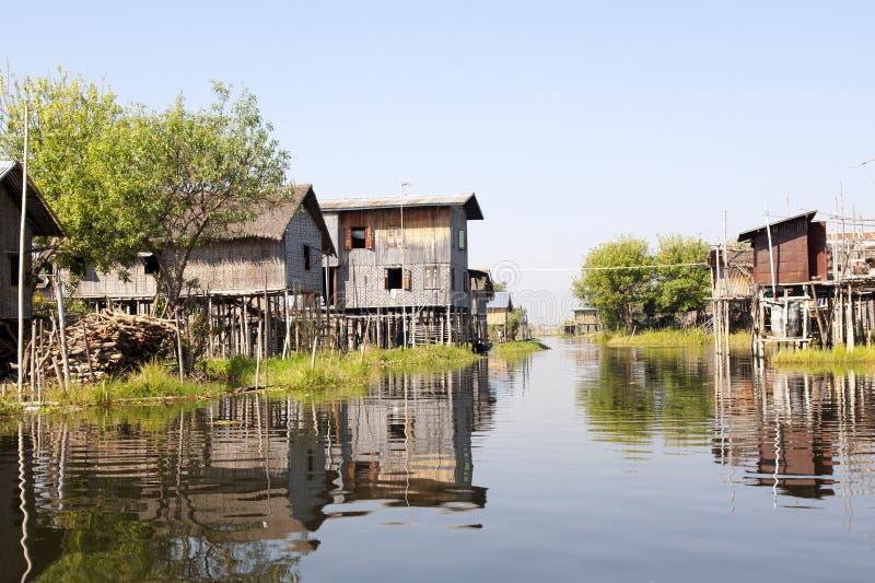 Podwyższona wioska na jeziorze zdjęcia royalty free
