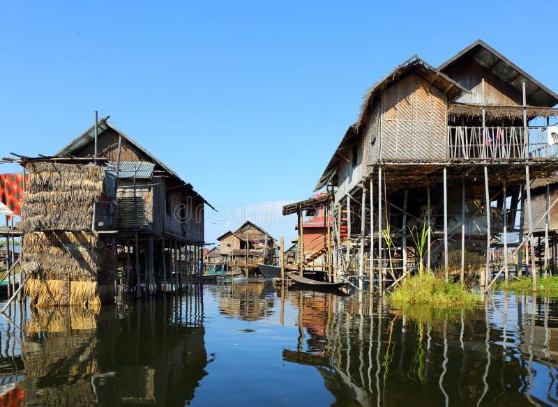 Podwyższoni domy w wiosce na Inle jeziorze zdjęcia stock