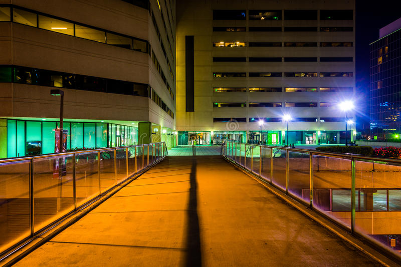 Podwyższony przejście i budynki przy nocą w Baltimore, Maryland fotografia stock