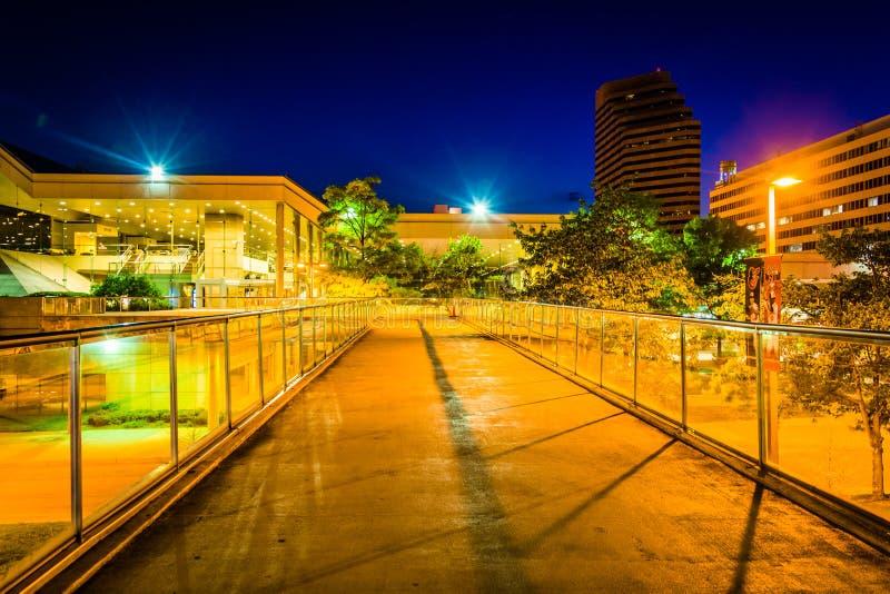 Podwyższony przejście i convention center przy nocą w Baltimore obraz royalty free