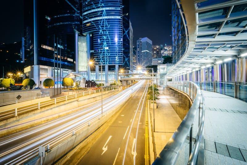 Podwyższony przejście i długi ujawnienie ruch drogowy na Ogrodowej drodze przy fotografia royalty free