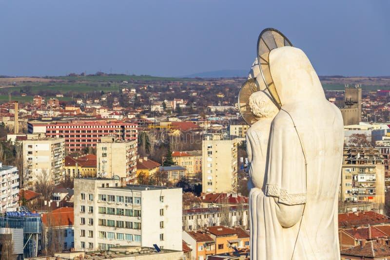 Podwyższony widok miasteczko Haskovo, Bułgaria i zabytek Święta matka bóg wysoka statua maryja dziewica wewnątrz fotografia stock
