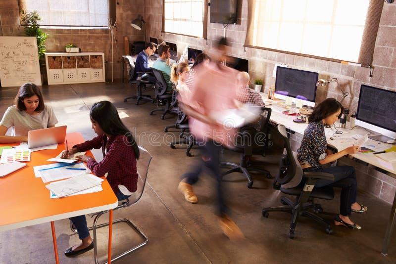 Podwyższony widok pracownicy W Ruchliwie Nowożytnego projekta biurze obraz stock