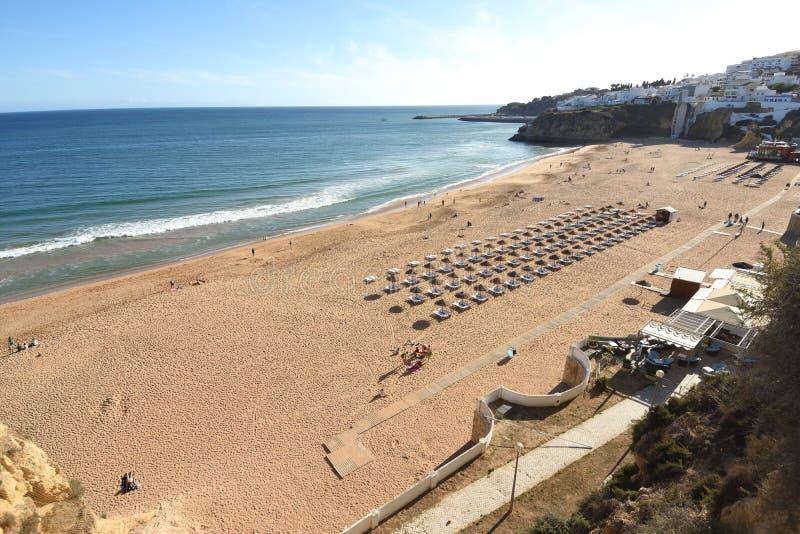Podwyższony widok Praia Dos Pescadores, Albufeira, Algarve, Portugalia obraz stock
