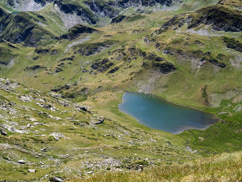 Podwyższony widok Rybi jezioro - jeden Urdini jeziora w Rila górach, Bułgaria obraz royalty free