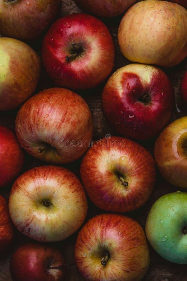 podwyższony widok stos jabłka z wodnymi kroplami zdjęcia royalty free
