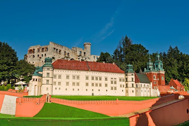 PODZAMCZE, POLEN, 21 Juli 2016, Miniatuurpark bij de voet van het koninklijke kasteel in Ogrodzieniec stock afbeelding