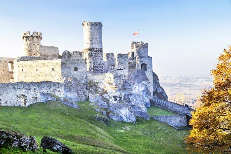 Podzamcze, Polen - Oktober 31, 2015: Schilderachtige mening van Ogrodzieniec-kasteel in de herfst stock fotografie