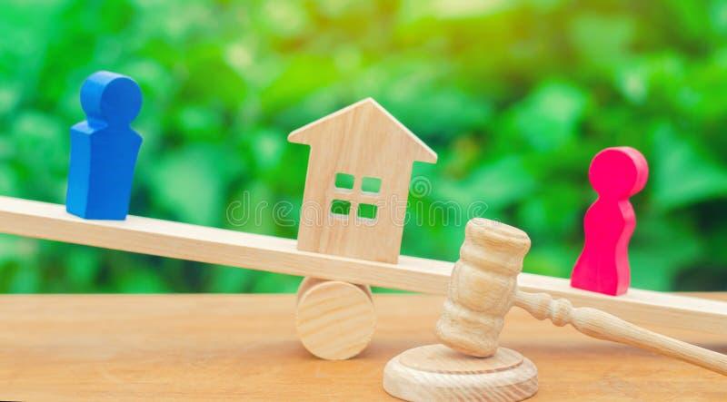 Podział własność legalnym znaczy Klarowanie posiadanie dom Drewniane postacie ludzie Mężczyzna i kobieta stoimy obrazy stock
