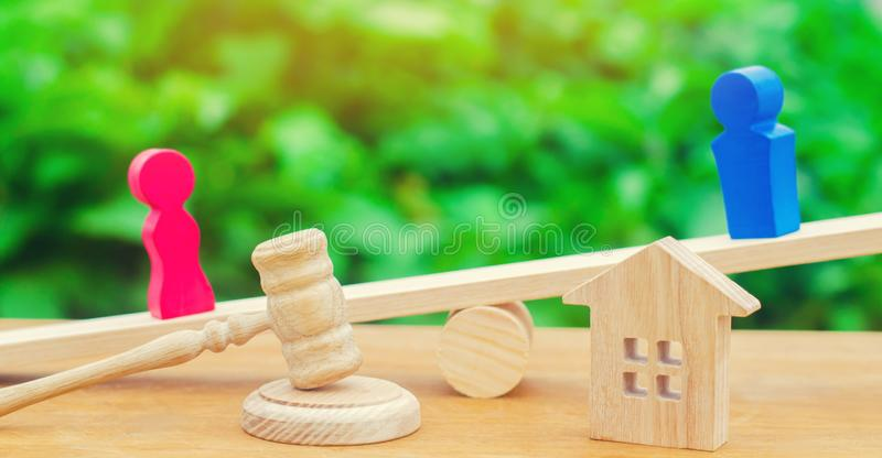 Podział własność legalnym znaczy Klarowanie posiadanie dom Drewniane postacie ludzie Mężczyzna i kobieta stoimy fotografia stock
