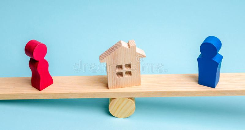 Podział własność legalnym znaczy Klarowanie posiadanie dom Drewniane postacie ludzie Mężczyzna i kobieta stoimy zdjęcia stock