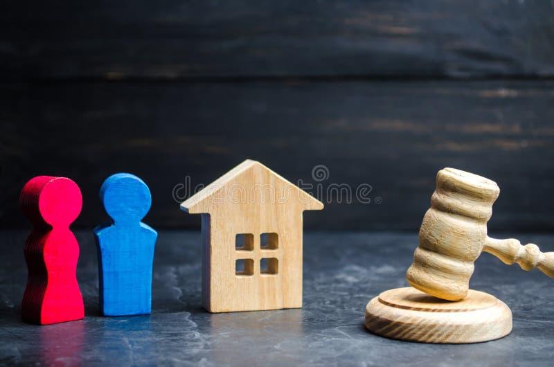 Podział własność legalnym znaczy Klarowanie posiadanie dom drewniane postacie mężczyzna i kobieta stoją nea obraz royalty free