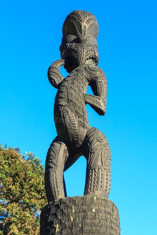 podzielić maoryjskiego drewna Trwanie postać na słupie, Tauranga, Nowa Zelandia zdjęcia stock