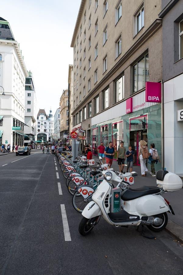 Podzielony roweru stojak na Wiedeń ulicie zdjęcie stock