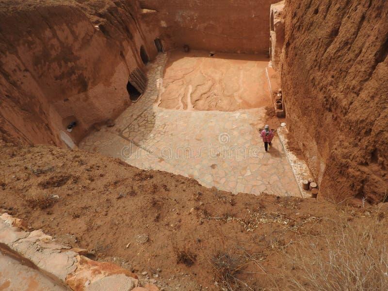 Podziemne troglodyta jamy Berbers w saharze, Matmata, Tunezja, Afryka, na jasnym dniu obraz royalty free