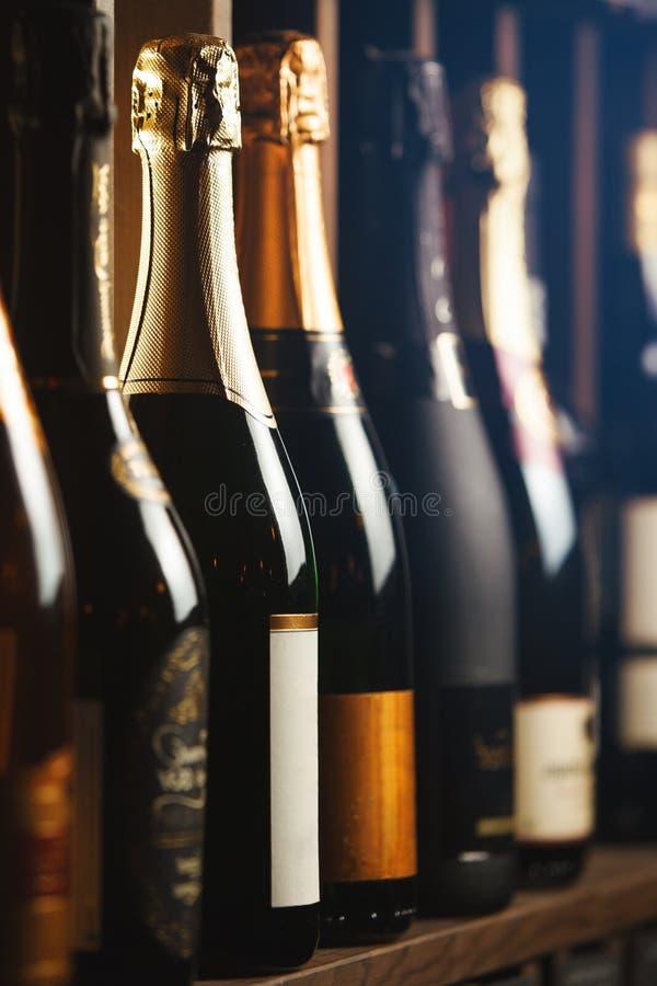 Podziemny loch z elity iskrzastym winem na półkach, zakończenie w górę pionowo fotografii obraz stock