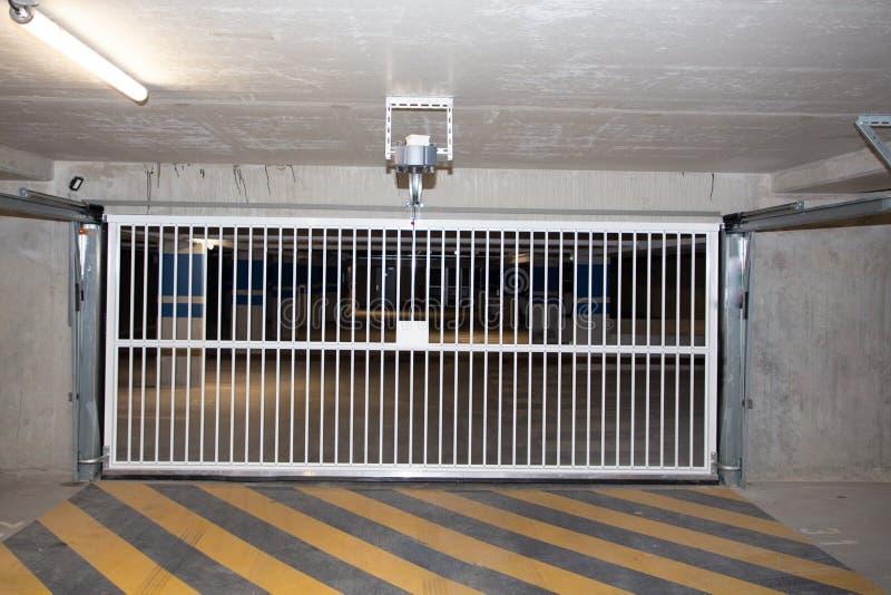 Podziemny parking samochodowego garaż parkuje hasłowego drzwi bramę obraz royalty free
