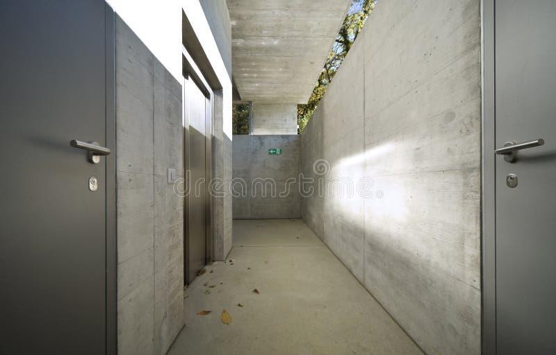 Podziemny przejście ale wciąż iluminujący słońcem betonowy budynek obraz stock