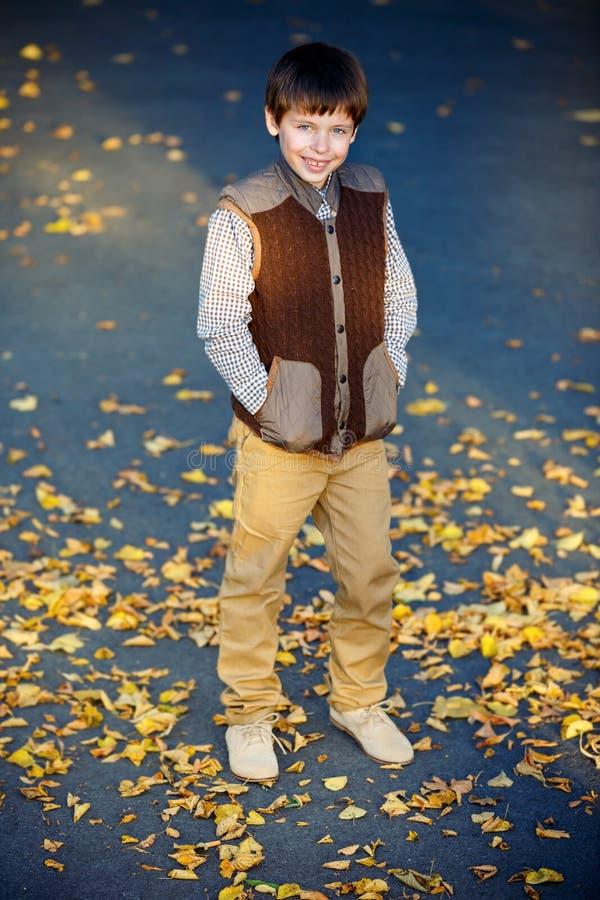 Podziwiać chłopiec śmia się przy piękną jesienią zdjęcia royalty free