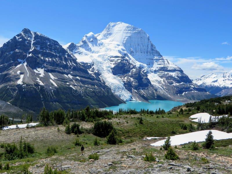 Podziwiać widok Góra lodowa jezioro i góry Robson lodowiec obraz stock