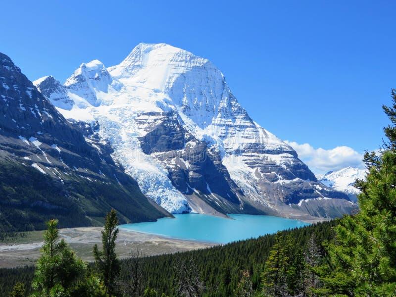Podziwiać widok Góra lodowa jezioro i góry Robson lodowiec obrazy royalty free