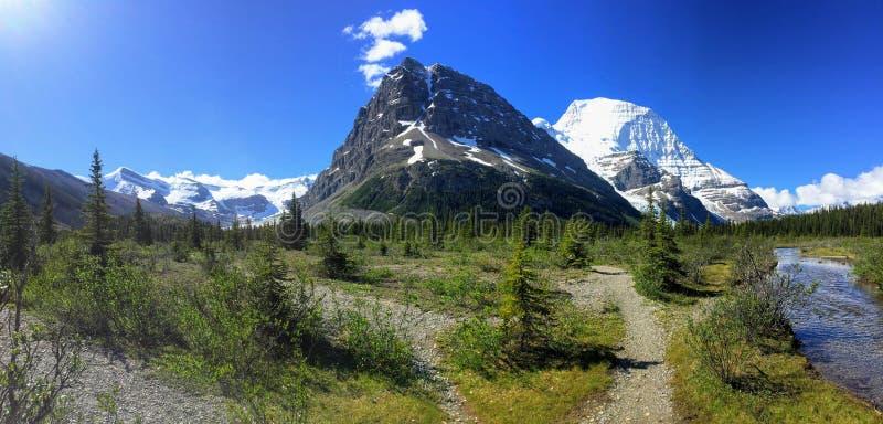 Podziwiać widok Góra lodowa jezioro i góry Robson lodowiec obrazy stock