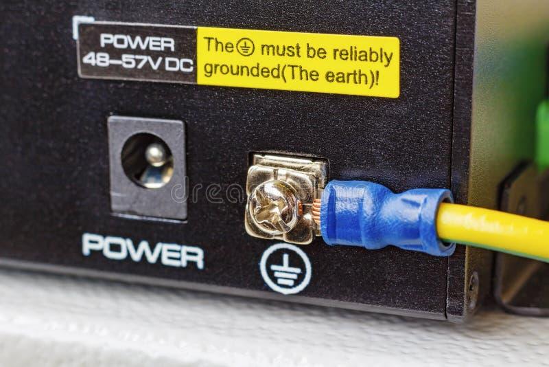 PoE有被连接的接地电缆的以太网开关 免版税图库摄影
