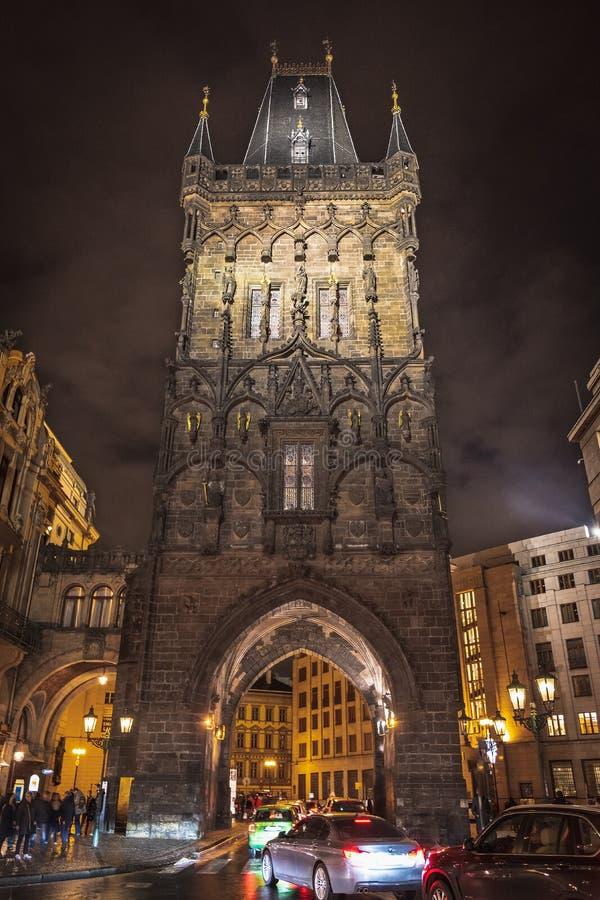 Poedertoren in Praag bij nacht royalty-vrije stock fotografie