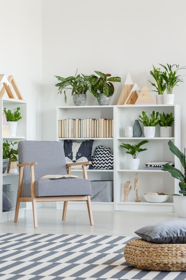 Poef op gevormd tapijt in wit woonkamerbinnenland met plan royalty-vrije stock foto