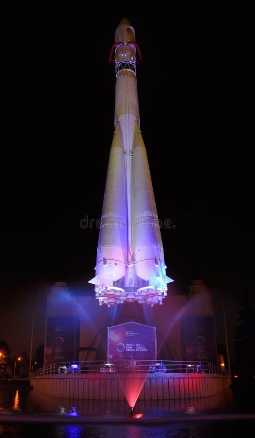 Poehali! Позвольте ` s пойти! - Ракета Vostok-1 на VDNKh - круге Ligh стоковые фотографии rf