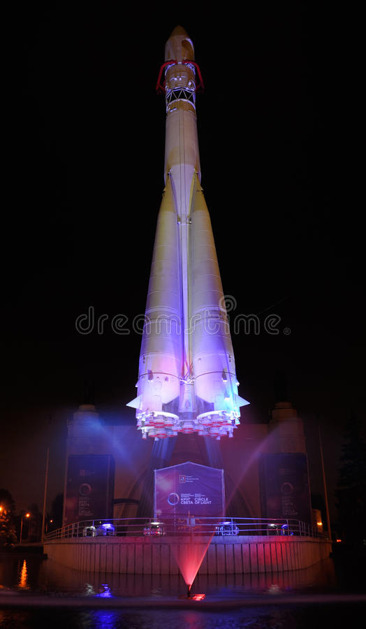 Poehali! Deixe o ` s ir! - Rocket Vostok-1 em VDNKh - círculo de Ligh fotos de stock royalty free