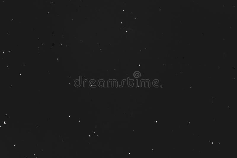 A poeira risca o céu noturno preto da estrela do fundo imagens de stock royalty free