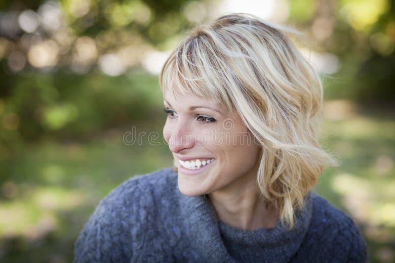 Poereait eines fälligen Frauenlächelns lizenzfreie stockfotos