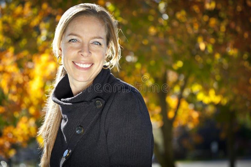 Poereait van het rijpe vrouw glimlachen stock foto's