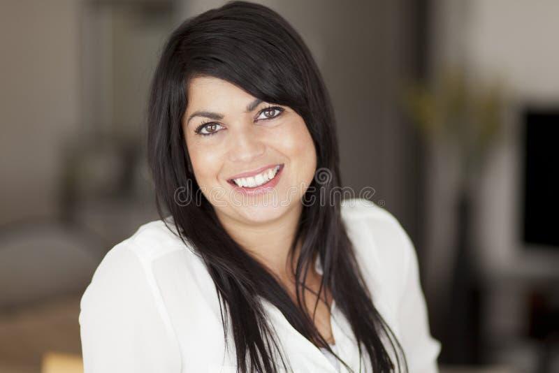Poereait van het rijpe vrouw glimlachen stock foto