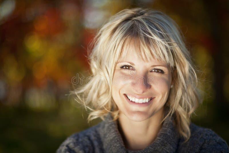 Poereait van het rijpe vrouw glimlachen stock afbeelding