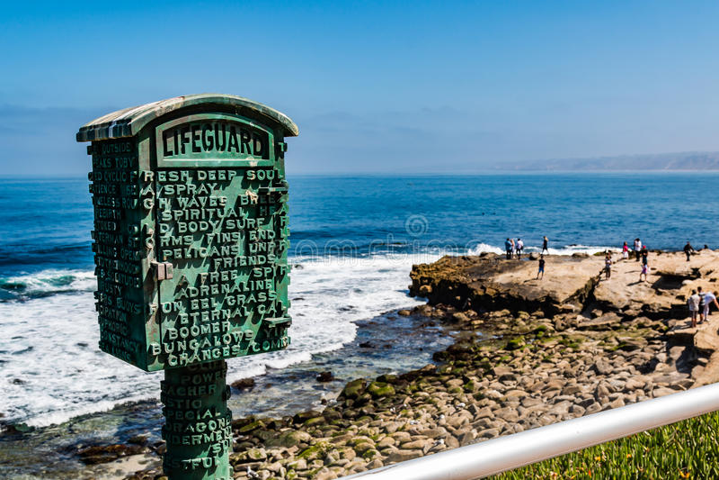 Poesia da letra de bloco na salva-vidas Call Box em La Jolla imagens de stock royalty free