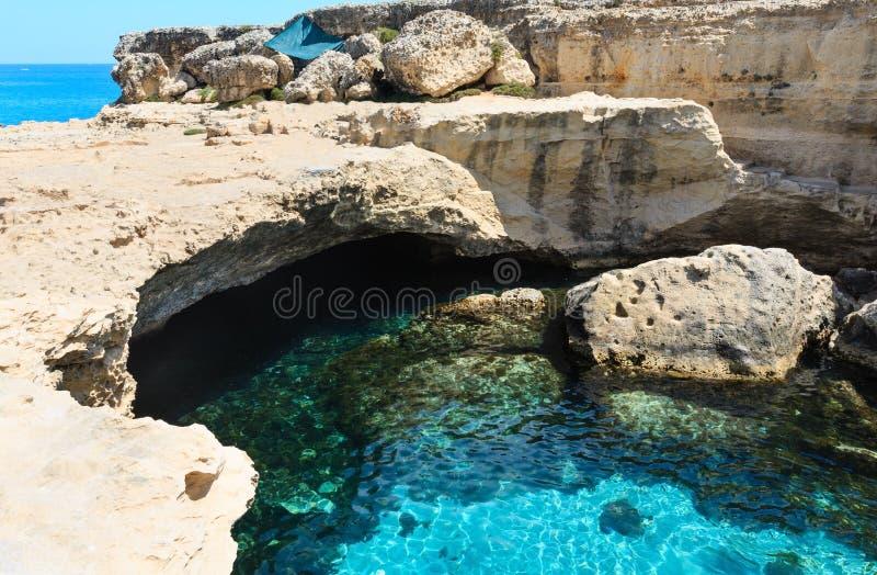 Poesia för grottaGrotta della, Roca Vecchia, Salento havskust, Ita arkivfoton