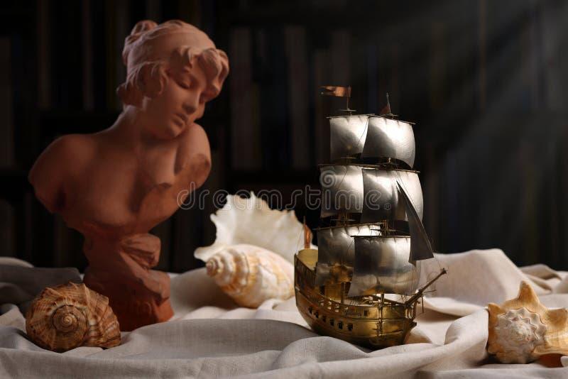 Poetycki życie z popiersiem Sappho i wzorcowa żaglówka wciąż obrazy stock