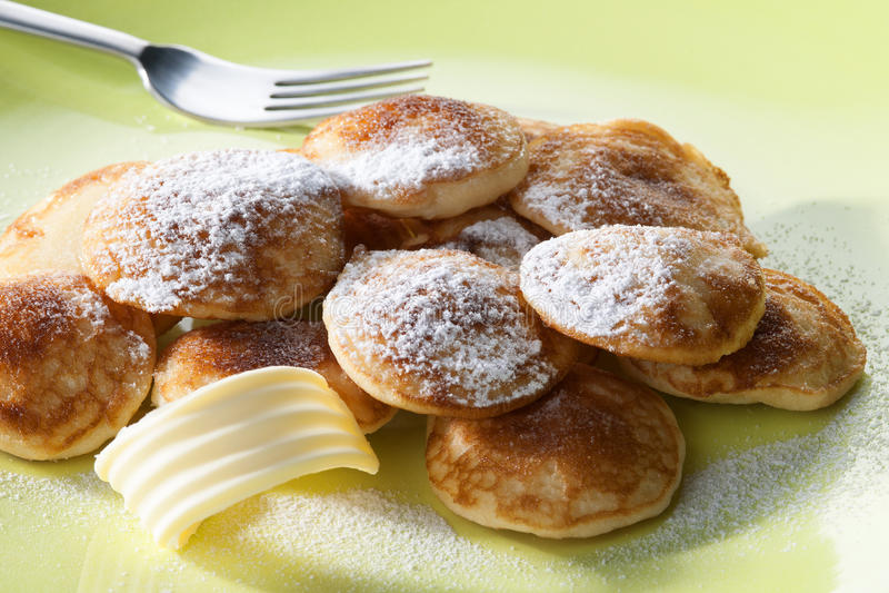 Poffertjes用搽粉的软的糖和叉子 库存照片