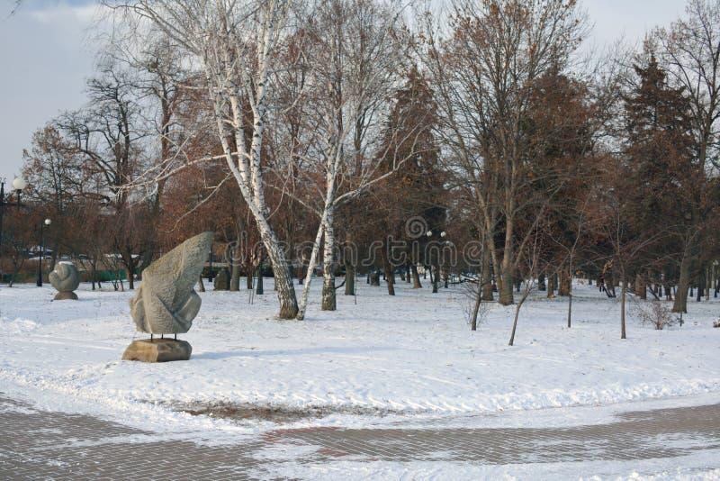 Poganin rzeźbił kamienie w jaskrawym zima dniu, Chernihiv zdjęcie stock