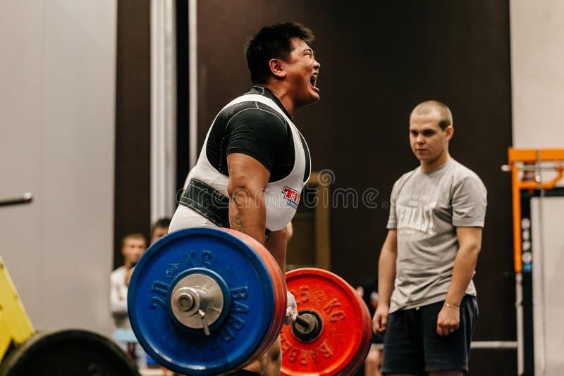 poging in deadlift mannelijke atleet powerlifter van Mongolië stock fotografie