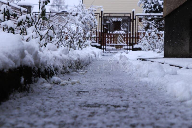 Poging om weg in sneeuwdagen schoon te maken Zonder succes Nog het sneeuwen en het sneeuwen Het routinewerk Sneeuwweg van huis stock afbeeldingen