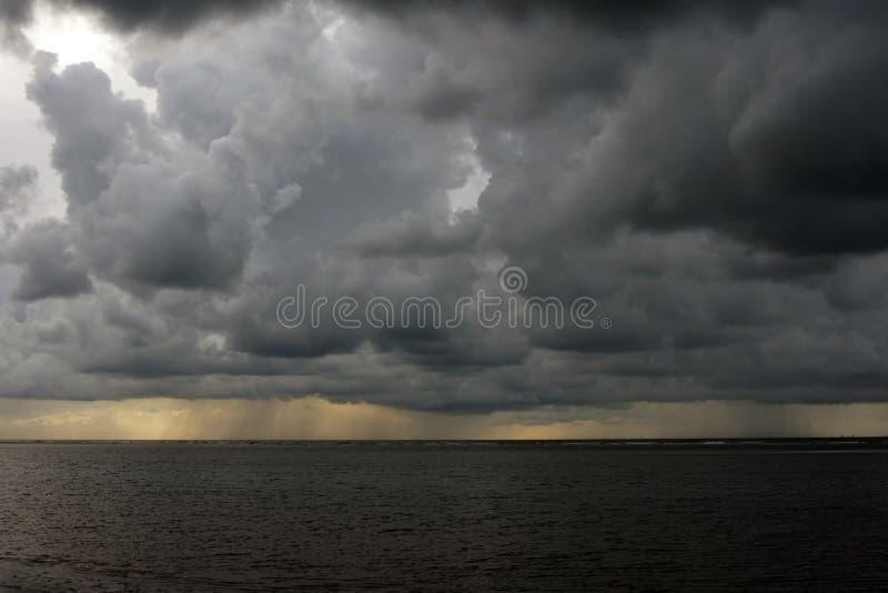 Pogoda sztormowa na plaży zdjęcia stock
