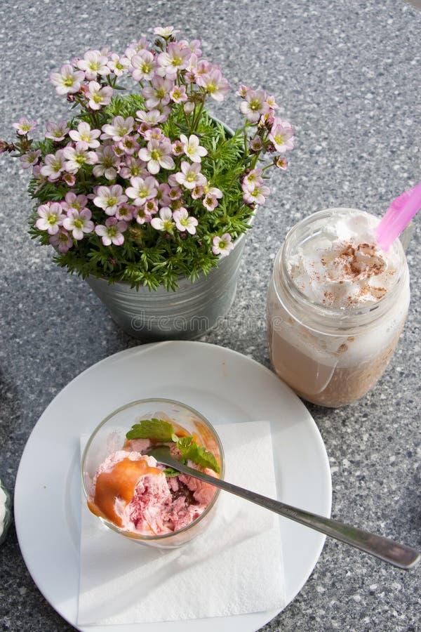 Pogodna kawowa przerwa Cukierniany koktajl kawa nadal życia Lody z długą łyżką obraz royalty free