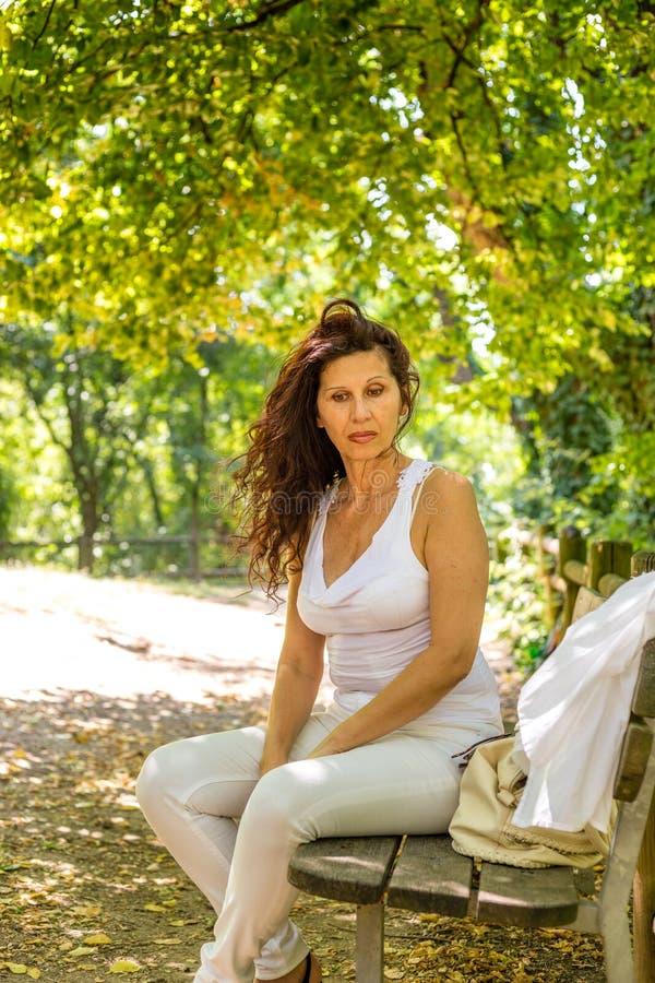 Pogodna menopauzalna kobieta zdjęcie royalty free
